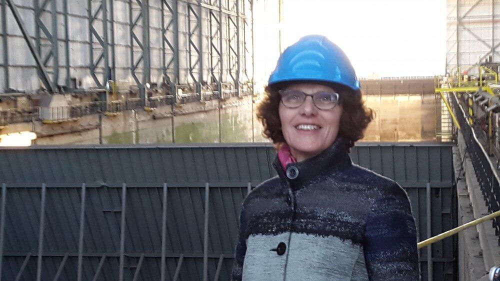 Marjon met helm bij ondernemingsraad Damen Shiprepair Schiedam